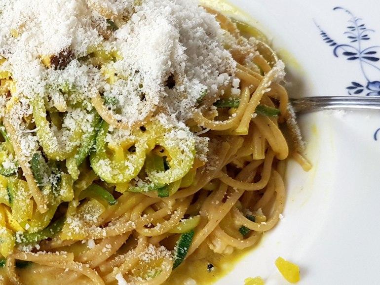 Zucchinispaghetti mit Räuchertofusoße-3