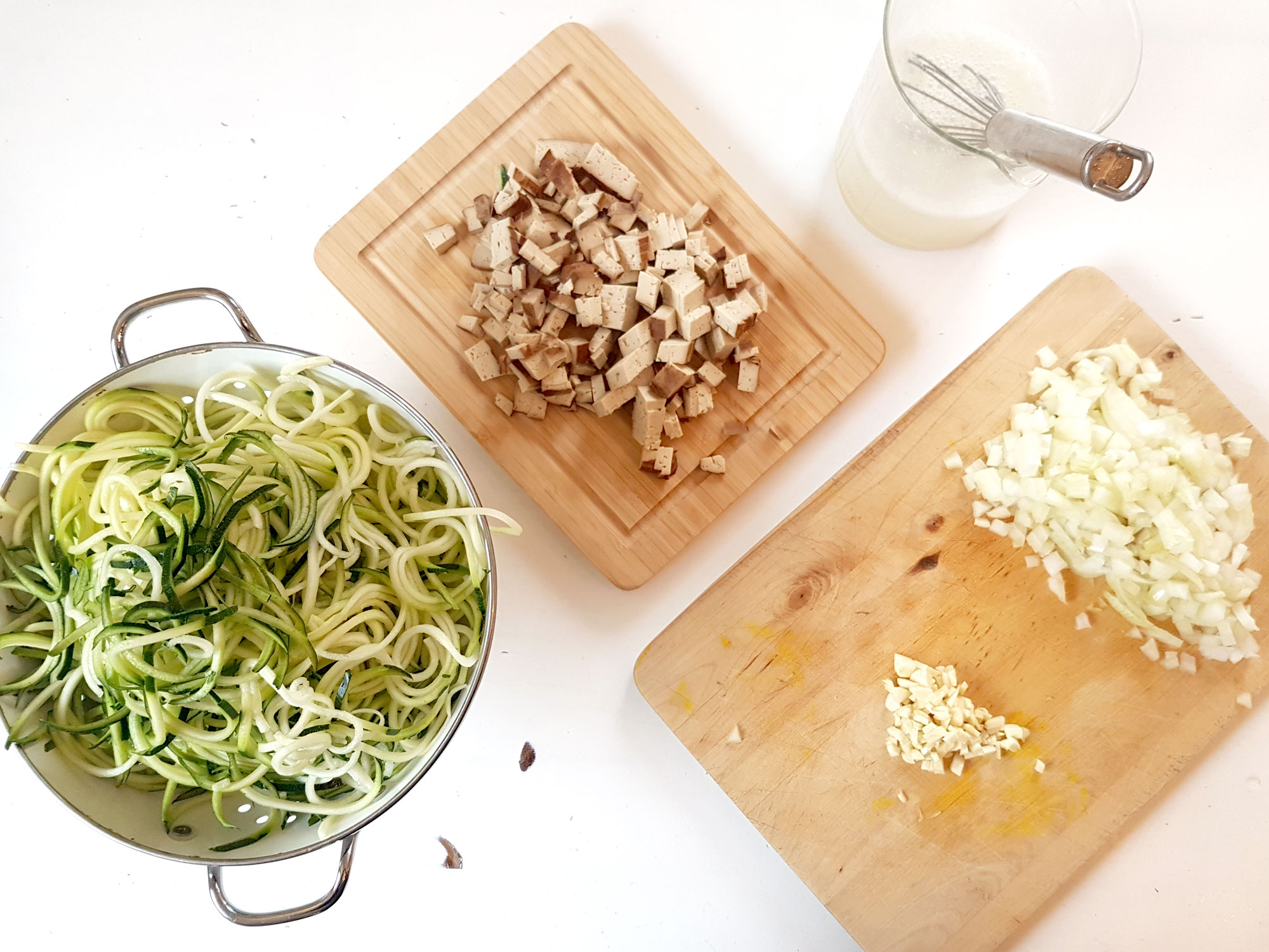Zucchinispaghetti mit Räuchertofusoße-6
