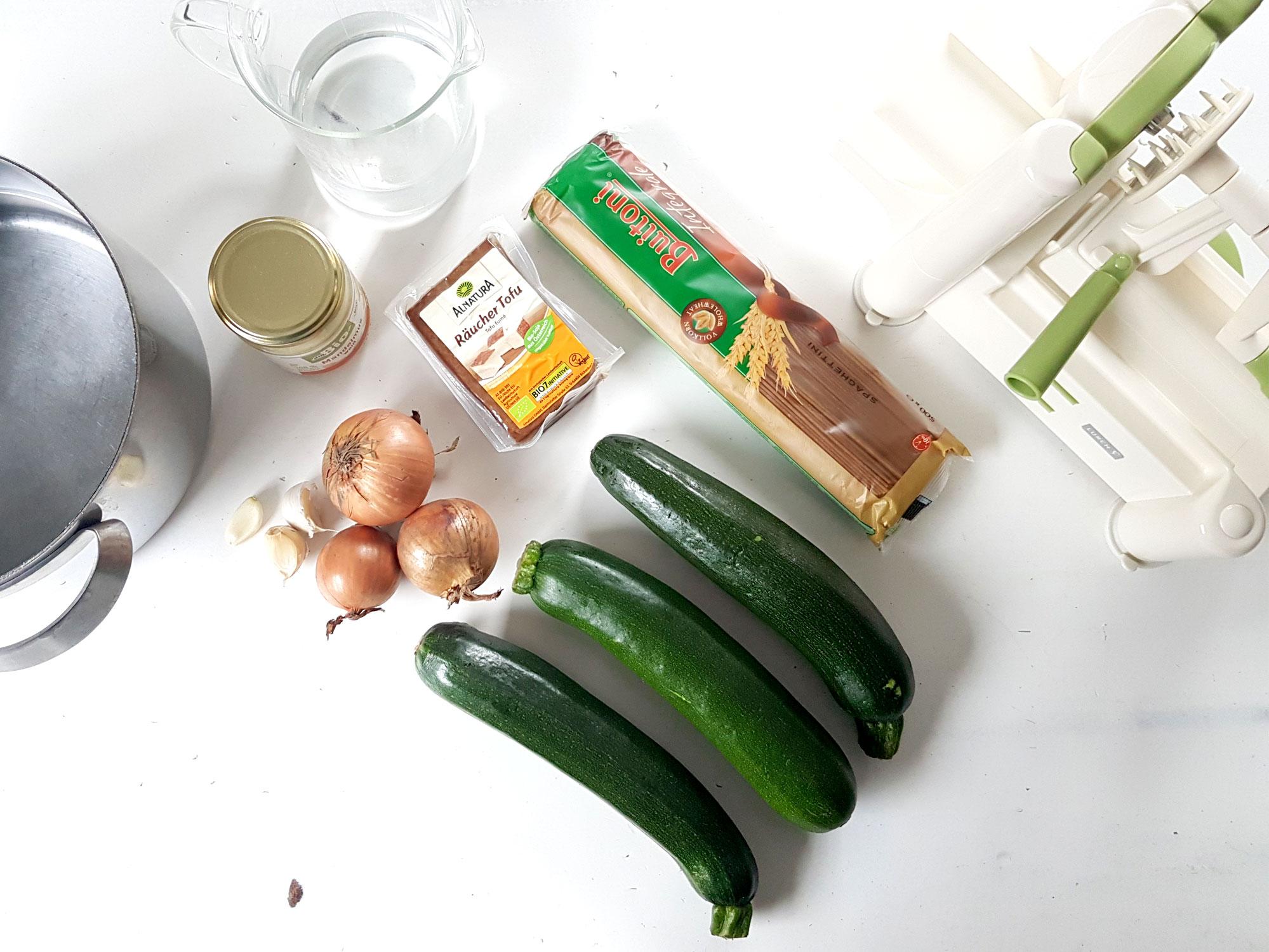 Zucchinispaghetti mit Räuchertofusoße-7