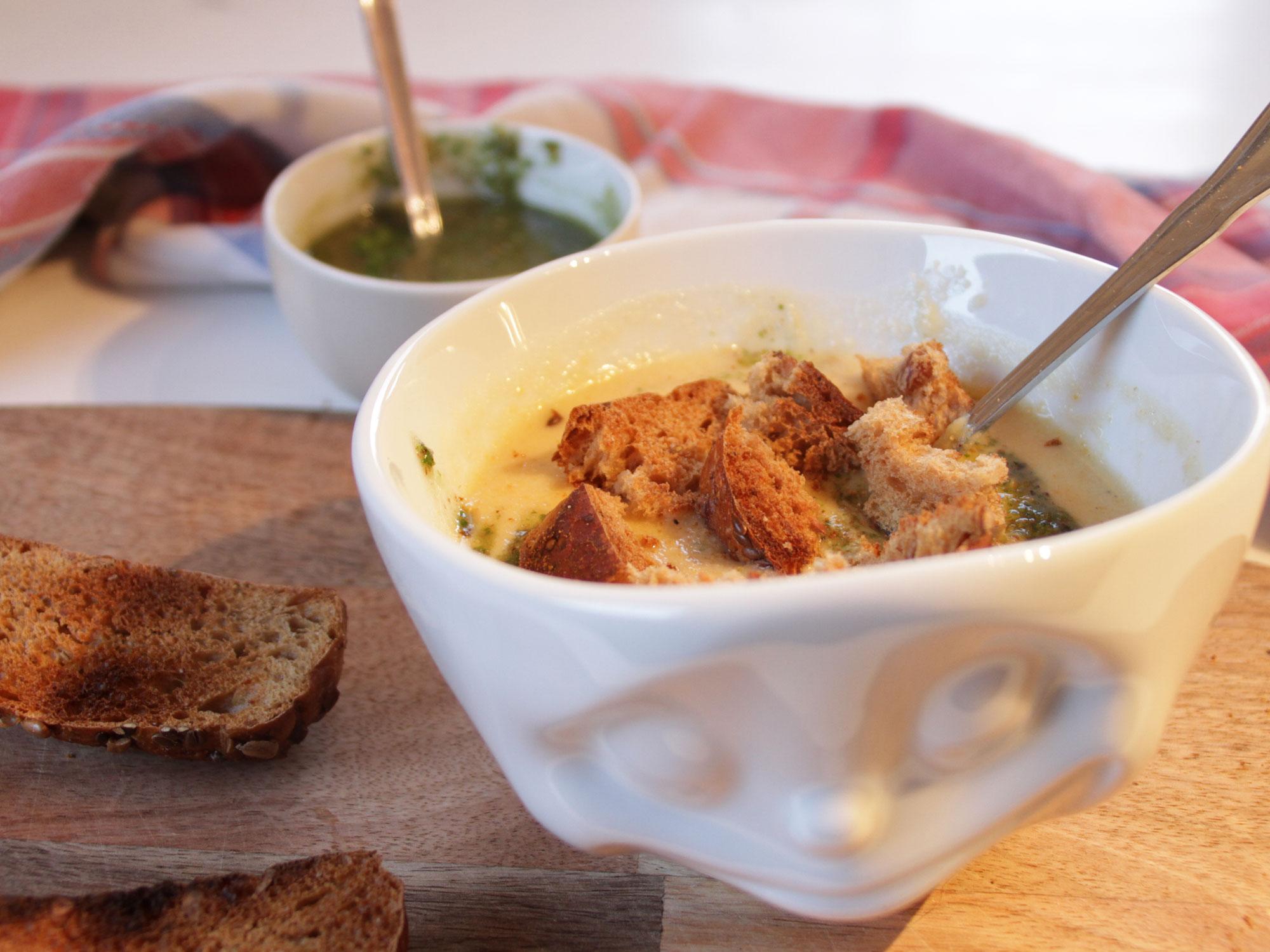 Cremige-Blumenkohl-Kokosmilch-Suppe-mit-Brot