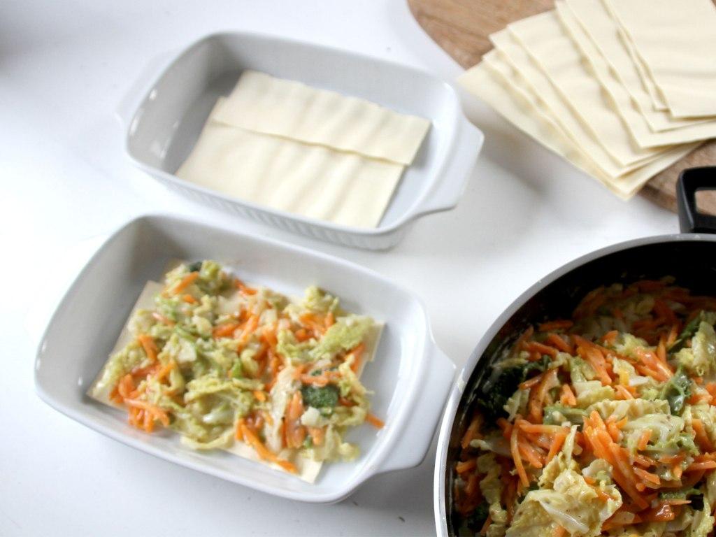 Die Lasagne mit dem Gemüseuntereinander schichten